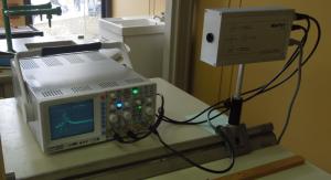 Oszilloskop und Versuchsaufbau Lichtgeschwindigkeitsmessung